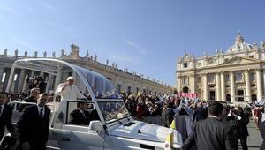 El Papa evidentemente disfrutó de la multitudinaria despedida. Benedicto XVI llegó a la plaza en el papamóvil, rodeado de guardaespaldas.
