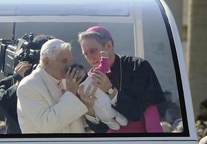 En cierto momento se detuvo a besar y bendecir a una decena de bebés, con la ayuda de su secretario.
