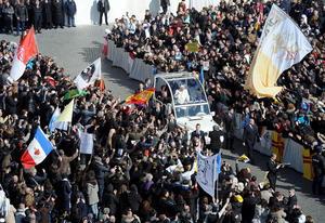 """Decenas de miles de personas, algunas portando pancartas diciendo """"Grazie!"""" (Gracias), atestaron la plaza para darle un último adiós a Benedicto XVI y unirse a la cita que encabezó cada miércoles durante ocho años para hablar al mundo acerca de la fe católica."""