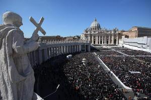 """Benedicto XVI tuvo una emotiva despedida en su última audiencia general en la Plaza de San Pedro, donde recordó los momentos de """"alegría y luz"""" durante su papado, pero también los tiempos de grandes dificultades."""