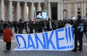 Mantas y pancartas en distintos idiomas despidieron y posteriormente recibieron al Papa, agradeciéndole su gestión al frente de la Iglesia católica.