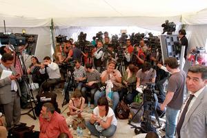 Gran cantidad de medios de comunicación se encontraban a la expectativa de la aparición de Gordillo.