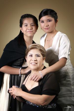Evelyn en compañía de su mamá Sra. Luz Elena González Acevedo y su hermana Ingrid Vianey González Acevedo.