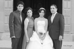 MUY HERMOSA  lució Sara Gabriela Mendoza Araujo en su fiesta de quince años, la acompañan: Su hermano Jael Mendoza Araujo, su mamá María Eugenia Araujo de Mendoza y su papá Joel Mendoza Barbarini.- ɉrick Sotomayor Fotografía
