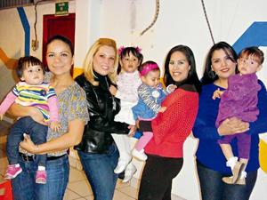 Laura Muñoz,  Lucy Dávila, Iveth Delgado y Cristy Dávila con las pequeñas Ximena, Regina, Mónica e Ivanna.