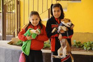 DANIELA  con su mascota Frida y Abril con su mascota Robin.