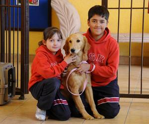 HERMANOS  Regina y Nacho con su mascota Lola.