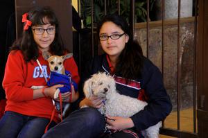 NATALIA  con su mascota Napi y Ashley con su mascota Rubí.