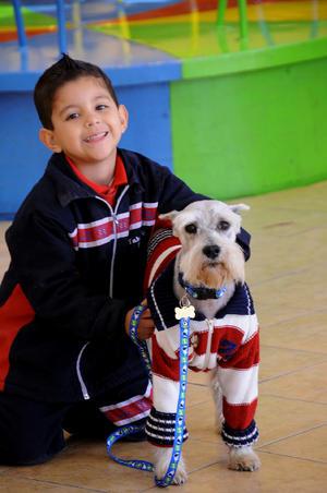 YAHEL  con su mascota Bucker.