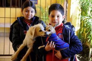 HANNIA  con su mascota Bruno y Emiliano con su mascota Nappy.