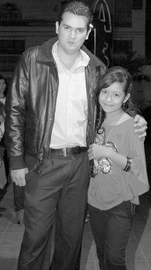 VANIA  Aranzazu Medellín Reyes, el día 17 de febrero de 2013 en su presentación musical en el Teatro Nazas, la acompaña su profesor de canto Armando Israel Fuentes Ortuño, además la acompañaron en el evento sus papás y familiares.