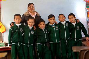 CAROLINA junto a los pequeños Javier, Reyna, Alan, Cristian, Fernando y David.