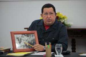 Chávez nació en Sabaneta, Barinas, en 1954. Fue el segundo de los seis hijos de una pareja de maestros de escuela primaria, donde las carencias eran moneda corriente. Él y su hermano Adán fueron criados por su abuela Rosa Inés, quien pobló muchos de sus interminables discursos a lo largo de estos años.