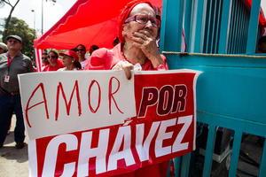 El pueblo venezolano esperaba noticias sobre la salud del mandatario. Los llamados chavistas realizaban oraciones y plegarias, mientras que los opositores, encabezados por el ex candidato presidencial Henrique Capriles, realizaban protestas ante lo que consideraban era la falta de transparencia en la información sobre la salud de Chávez.