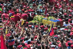 Miles de venezolanos salieron a las calles de Caracas para ver pasar el cortejo y despedir al gobernante.