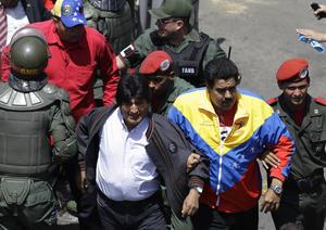 El presidente boliviano Evo Morales,  se unió al cortejo fúnebre, el cual fue encabezado por el vicepresidente Nicolás Maduro, quien vestía una casaca deportiva con los colores de Venezuela.