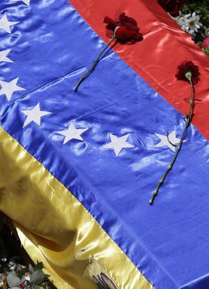 El féretro fue cubierto por la bandera venezolana.
