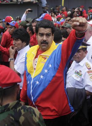 A la cabeza del cortejo estuvo Maduro desde el inicio y por la tarde la televisora oficial mostró a Cabello sumándose a la marcha, que tras cruzar calles del centro y del oeste de la ciudad llegará a la Academia Militar, donde Chávez prestó su juramento militar en 1975.