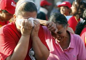 Las lágrimas parecían intensificarse cuando por parlantes colocados en camiones se escuchaban estrofas del himno nacional cantadas por el propio Chávez.