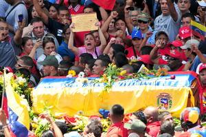 Los partidarios del fallecido gobernante lucían brazaletes con los colores patrios, banderas venezolanas y fotografías de Chávez en distintas actitudes, como posando con la banda presidencial y realizando su tradicional gesto sonriente de saludo a la multitud.
