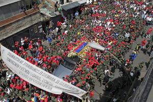 La mayoría de los chavistas que esperaron a pleno sol el paso del cortejo fúnebre portaban camisas, playeras y gorras rojas, color que se convirtió en un símbolo del oficialismo y del apoyo al gobernante venezolano.