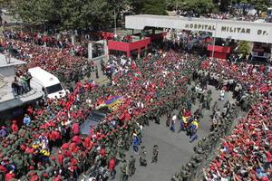 Los restos del presidente venezolano Hugo Chávez, salieron desde el Hospital Militar de Caracas rumbo a la Academia Militar ubicada en el Fuerte Tiuna.