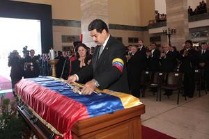 La ceremonia dio inicio con la entonación de himno nacional de Venezuela y posteriormente con la simbólica entrega de la espada de Simón Bolivar, que el vicepresidente Nicolás Maduro otorgó a Chávez.