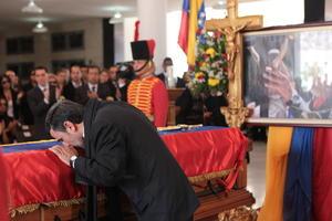El presidente de Irán, Mahmud Ahmadineyad besó el féretro del presidente de Venezuela, Hugo Chávez.