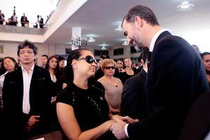 El príncipe de Asturias, Felipe de Borbón saludó a la hija del presidente de Venezuela, Hugo Chávez, Rosa Virginia Chávez durante el funeral de Estado.