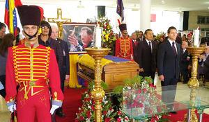 El presidente de México, Enrique Peña Nieto participó en la guardia de honor que 33 líderes mundiales rindieron al fallecido mandatario de Venezuela, Hugo Chávez Frías en el teatro de la Academia Militar.