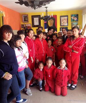 Alejandra de la Peña fue felicitada en su cumpleaños por la hermana Mercedes y las niñas del hogar Elena Domene.