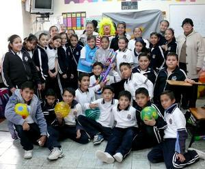 GRUPO  de amigos, compañeros de clase y sus maestras Paty Ceniceros y Karina Turrubiate.