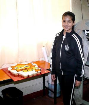 Ingrid Vianey con su pastel de cumpleaños.