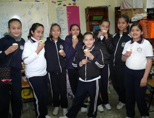 LA FELIZ  festejada en compañía de: Carolina, Erlyn, Priscila, Karla, Zury, Ana y Vero, quienes son amigas inseparables desde primer año.