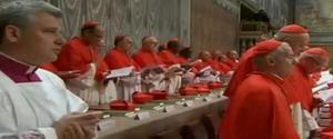 Posterior a la misa votiva, los cardenales entraron en la capilla Sixtina a las 16:30 hora local (15:30 gmt), tras reunirse un cuarto de hora antes en la cercana capilla Paulina para una oración inicial, tras la cual el purpurado que preside el rito, el cardenal Giovanni Battista Re, les recordó en latín, lengua en la que se desarrolla el ritual, que están allí para elegir al Sumo Pontífice.