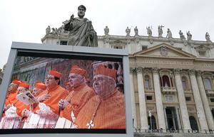Un monitor fue instalado para que los fieles pudieran presenciar las actividades de los cardenales.