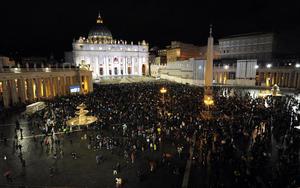 Miles de personas se congregaron en la plaza de San Pedro para seguir el evento en directo, desafiando la lluvia y el frío reinante en Roma.