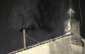 El humo negro, muy denso, salió por la chimenea durante un buen rato, para que no quedasen dudas de que era de ese color.