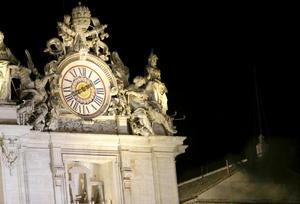 """La """"fumata"""" negra salió a las 19:42 hora local (18:42 GMT), dos horas y siete minutos después de que se encerraran los 115 cardenales para elegir al sucesor de Benedicto XVI."""