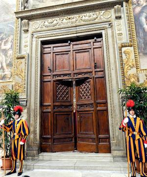 """Al terminar el juramento, Guido Marini, responsable de Celebraciones Litúrgicas Pontificias, pronunció la frase """"extra omnes"""" (todos fuera) y cerró desde dentro las puertas de la capilla. Sólo los 115 cardenales quedaron en su interior para decidir en absoluto secreto el nombre del papa que guiará a la Iglesia."""