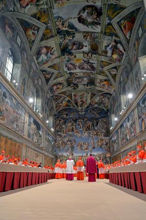 El segundo cónclave del siglo XXI y el primero en 600 años para elegir al sucesor de un papa que renuncia, comenzó siguiendo el rito previsto paso a paso.