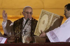 Francisco impartió su primera bendición Urbi et Orbi, a la ciudad de Roma y a todo el mundo.