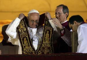 """El papa Francisco, el cardenal argentino Jorge Mario Bergoglio, dijo hoy en sus primeras palabras a los fieles que """"parece que los cardenales han ido a buscar al nuevo pontífice al fin del mundo""""."""