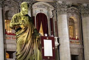 El nuevo papa se presentó ante las decenas de miles de fieles que llenaban la plaza de San Pedro del Vaticano vestido con la sotana blanca, pero sin esclavina roja.