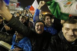 Fieles católicos, sobretodo latinos celebraron en la plaza de San Pedro la elección del nuevo Papa.