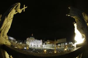 La plaza de San Pedro fue abarrotada por fieles que esperaban el anuncio del nuevo Papa.