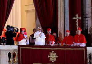 """El papa Francisco, el cardenal argentino Jorge Mario Bergoglio, dijo en sus primeras palabras a los fieles que """"parece que los cardenales han ido a buscar al nuevo pontífice al fin del mundo"""", en referencia a su país de origen, Argentina."""