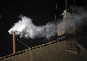 La tercera fumata salió de la chimenea y fue blanca, lo que indica que fue elegido el nuevo Papa.