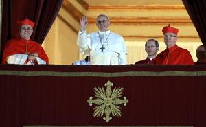 Tras cuatro votaciones, los 115 cardenales reunidos en la capilla Sixtina lograron finalmente un acuerdo para elegir al sucesor de Benedicto XVI, que es el hasta entonces cardenal argentino Jorge Mario Bergoglio