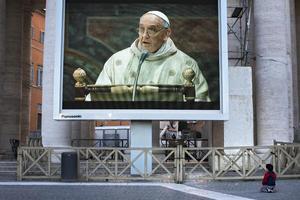 En el exterior, los fieles pudieron seguir la celebración religiosa a través de pantallas gigantes que fueron instaladas.